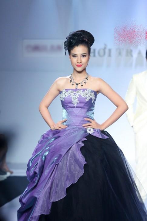 Á hậu Hoàng Oanh tỏa sáng trên sàn catwalk