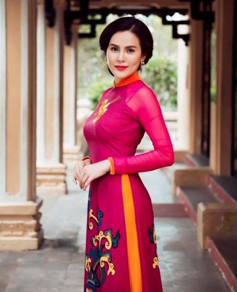 A hau Phuong Le sang trong voi ao dai 8-3