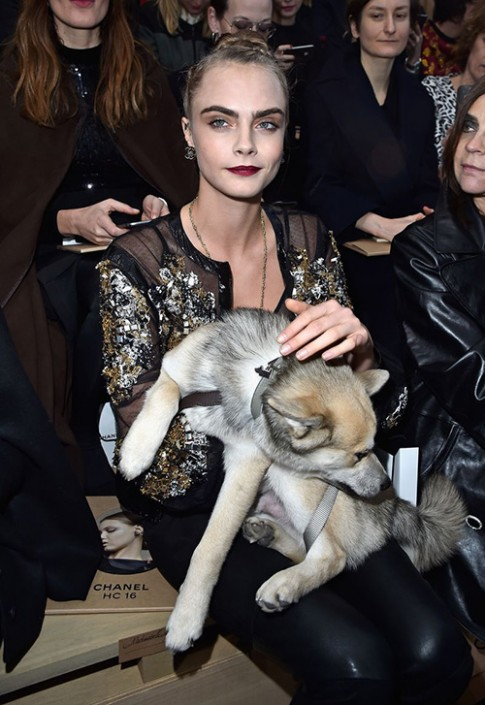 Cara Delevingne mặc xuyên thấu táo bạo xem show Chanel