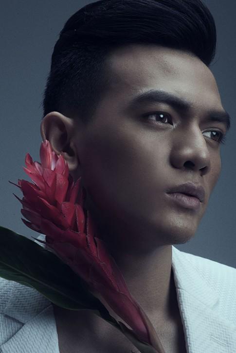 Chang tho cua Do Manh Cuong chup anh cung hoa