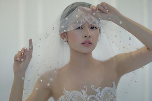 Chi Pu làm cô dâu thiên thần với váy cưới ren trắng