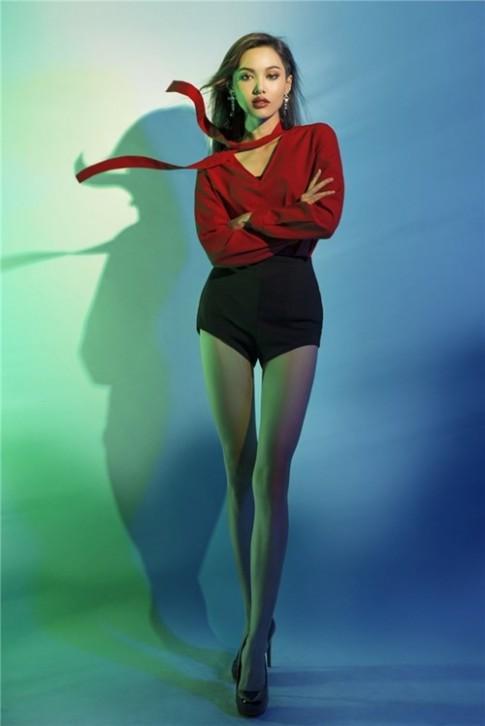 Choáng với thí sinh lùn nhất Next Top Model chân bất ngờ dài thuột