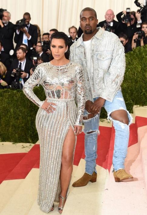 Chồng Kim Kardashian đuổi cổ bảo vệ vì dám tán tỉnh vợ