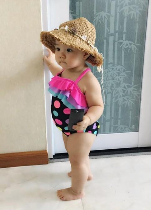 Con gái Trang Nhung hào hứng khi tắm biển cùng bà nội