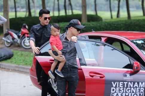 Do Manh Cuong dua con trai di lam show
