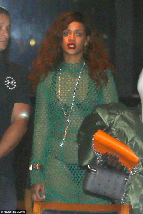 Do mat ngam vay luoi khoe noi y cua Rihanna