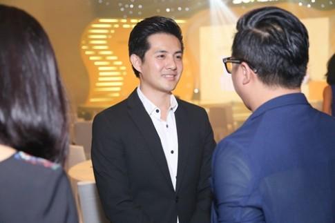 Dong Nhi tay trong tay cung Ong Cao Thang tai su kien