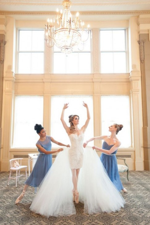 """Giúp cô dâu tiết kiệm chi phí với mốt váy cưới """"2 trong 1"""""""