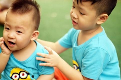Hai con Đan Lê khoái chí vui đùa dưới ống kính của mẹ