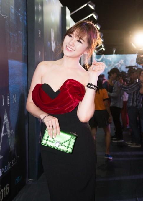 Hari Won mặc gợi cảm đụng túi 60 triệu với loạt sao đình đám