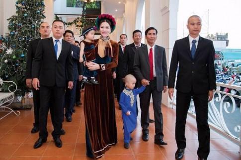 Hoa hau Bui Thi Ha va con gai dieu da voi ao dai doi