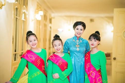Hoa hau Ngoc Han dien ao dai cung dinh lam MC