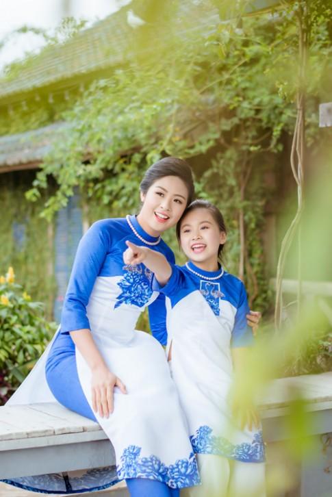 "Hoa hau Ngoc Han dien ao dai doi cung ""con gai nuoi"""
