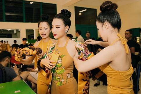 """Hoàng Thùy Linh đẹp lạ lùng với áo yếm """"Bánh trôi nước"""""""