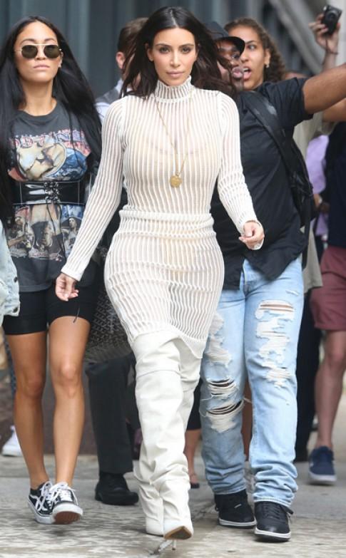 Kim Kardashian mặc đồ khoe nội y do chồng thiết kế