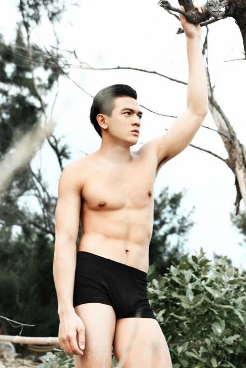 Le Xuan Tien tu tin khoe co bung 6 mui hoan hao