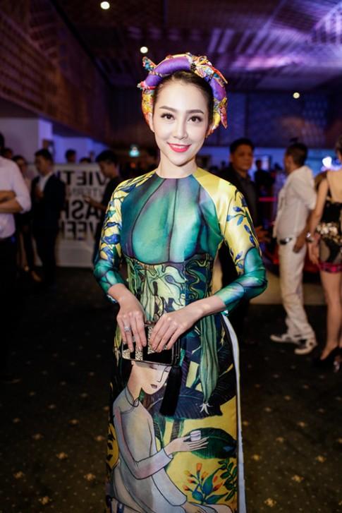 Linh Nga mặc áo dài gấm lung linh khoe sắc