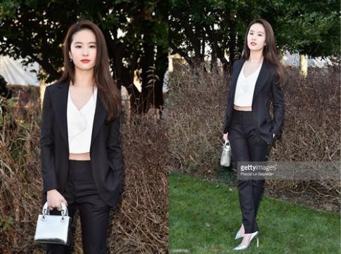 Lưu Diệc Phi thanh lịch ngồi hàng ghế đầu show Dior cao cấp