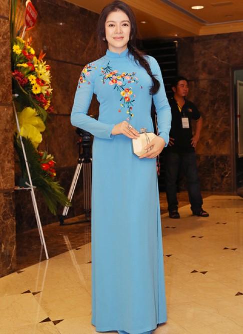 Ly Nha Ky diu dang voi ao dai theu hoa