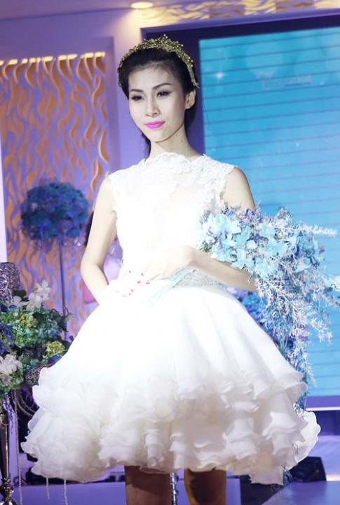 Mẫu chuyển giới diện váy cưới kiêu sa trên sàn catwalk