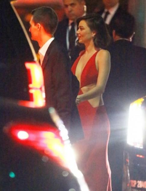Miranda Kerr cực hấp dẫn khi âu yếm người tình