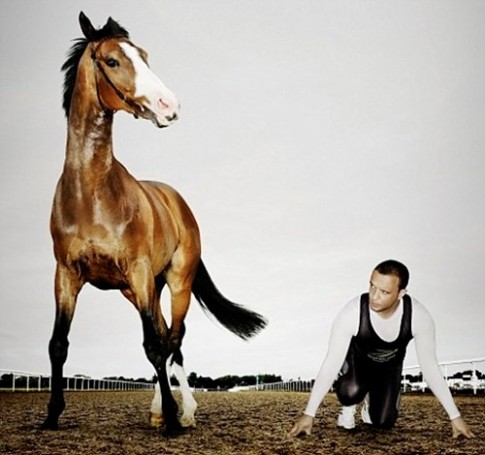 Nếu người thi chạy đua với ngựa thì bên nào sẽ thắng?