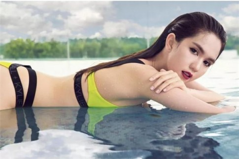 "Ngoc Trinh ""dung hang"" voi hot girl Hollywood: ai dep hon ai?"
