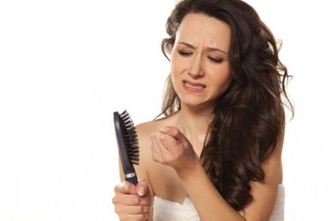"""Những ảnh hưởng tiêu cực """"bủa vây"""" phụ nữ rụng tóc."""
