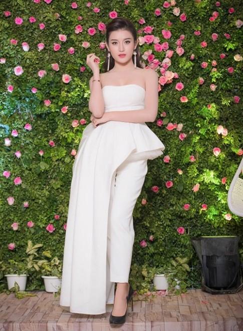 Những chiếc váy trắng làm say đắm lòng người của Huyền My