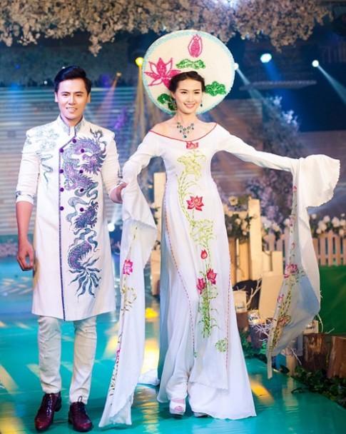 Phan Thi Mo kieu diem voi ao dai cuoi