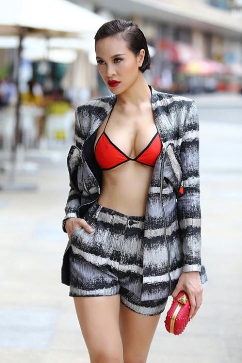 Phương Mai táo bạo diện bikini xuống phố