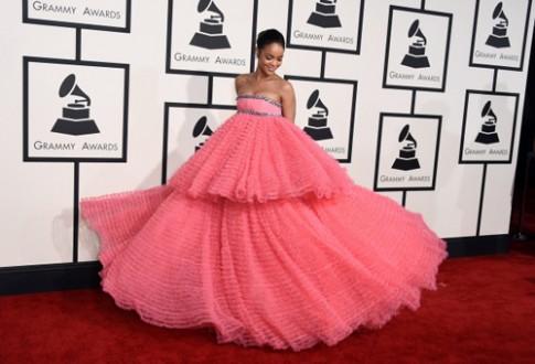 Rihanna dot nhien phat cuong voi mau hong