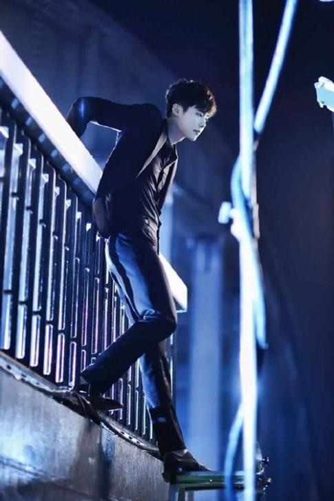 """""""Rụng tim"""" với vẻ đẹp trai của Lee Jong Suk khi diện sơ mi trong W"""