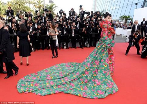 """Sao Hoa ngữ mặc váy """"chăn công"""" lên thảm đỏ Cannes"""