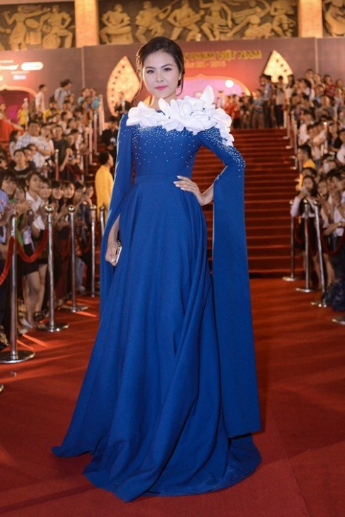 """Sao mặc xấu: """"Ngộp thở"""" vì váy diêm dúa của Vân Trang"""