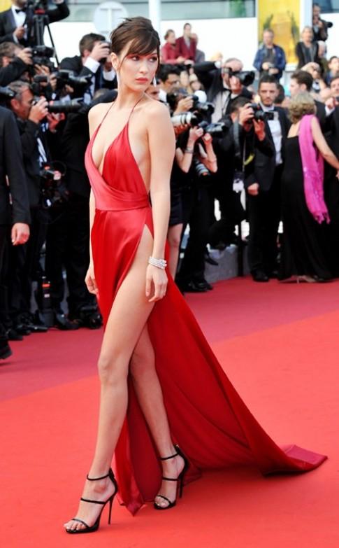 Sieu mau 19 tuoi gap su co thoi trang tren tham do Cannes