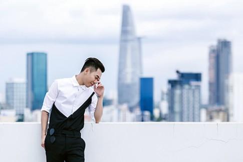 Stylist Hoang Ku bien hoa phong cach voi quan skinny den