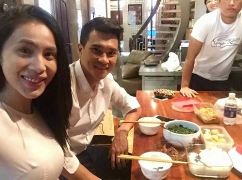 Thuy Tien dam dang mang com cho ong xa Cong Vinh