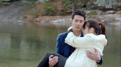 Tủ đồ hiệu trăm triệu đồng của Song Hye Kyo