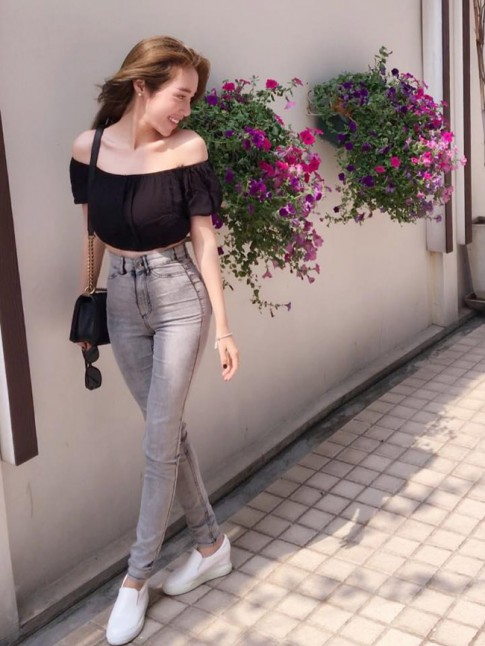 Tuan qua: Elly Tran khoe vong 3 cong vut voi quan jeans