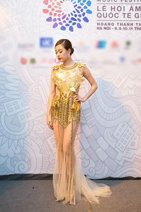 Tuan qua: Hoang Thuy Linh khoe dui thon hap dan