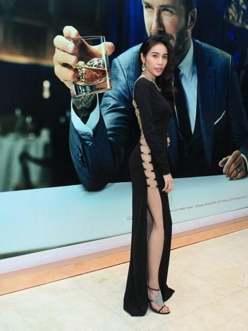 Váy đen cắt xẻ tứ phía khiến người ngắm giật mình của sao Việt