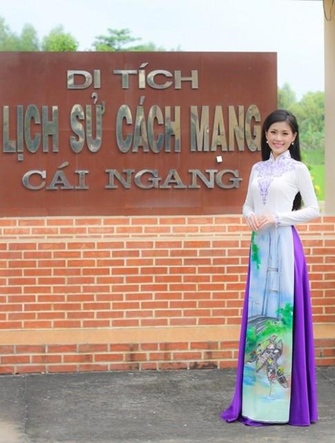 Á hậu Diễm Trang diện áo dài nền nã về thăm quê
