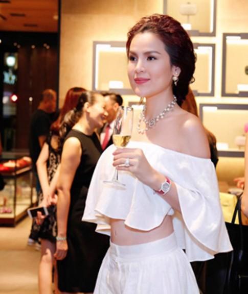 A hau Phuong Le khoe sac ben hoa hau Thu Thao