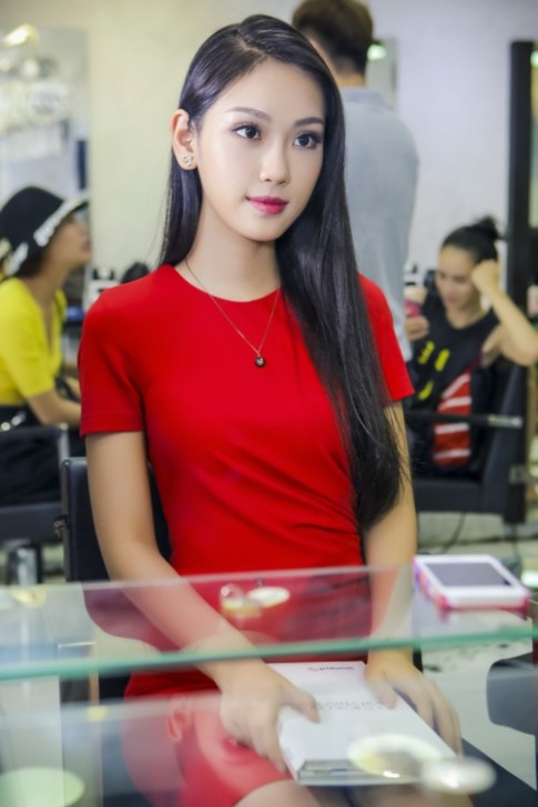 A khoi Phuong Linh cuc tre trung voi toc moi