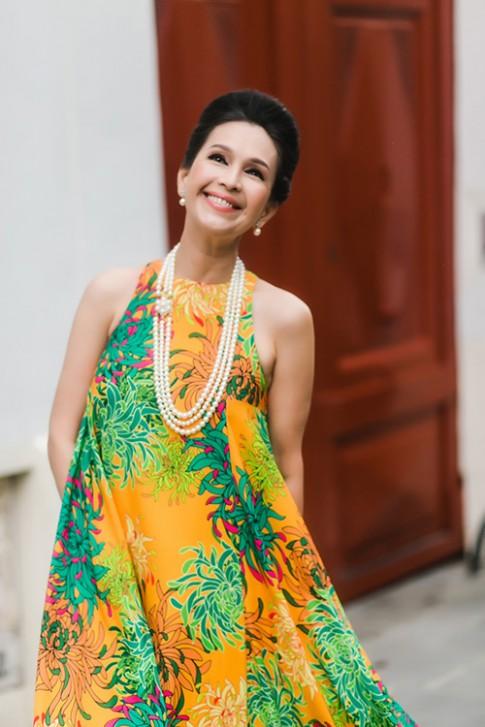 Diễm My hồi xuân trong váy đầm hoa cúc trên phố Paris
