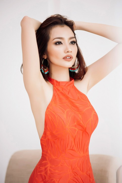 "Hoa hau ""ngoan nhat Vbiz"" khoe lung tran goi cam"