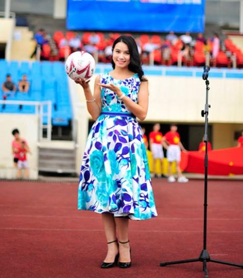 Lương Giang đẹp dịu dàng, rạng rỡ tại sân bóng