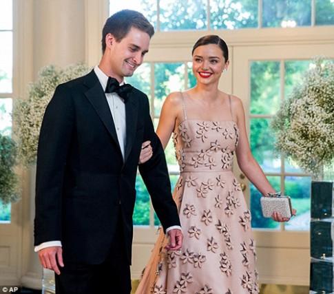Miranda Kerr váy hồng thướt tha cùng bạn trai dự tiệc