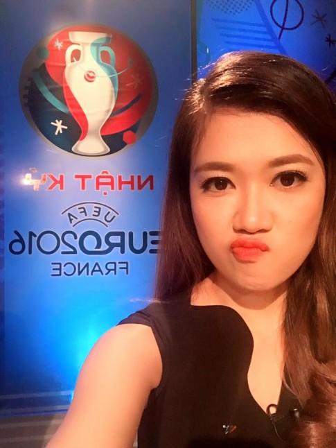 Nữ biên tập viên thể thao nổi nhất Việt Nam mặc gì khi lên sóng?